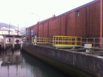レンガ倉庫と運河と水門.jpg