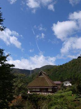 飛行機雲とかやぶき.jpg